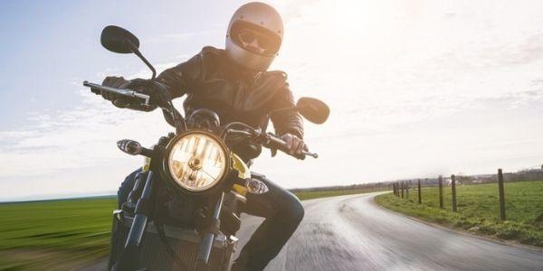 ¿Cada cuánto tengo que revisar el aceite y los neumáticos de la moto?